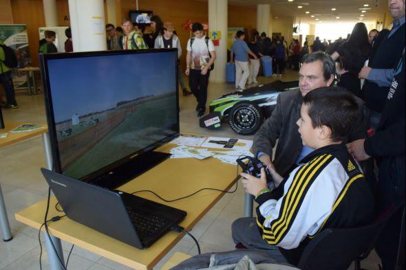 Simulování ovládání letadla zkoušeli studenti u Institutu dopravy