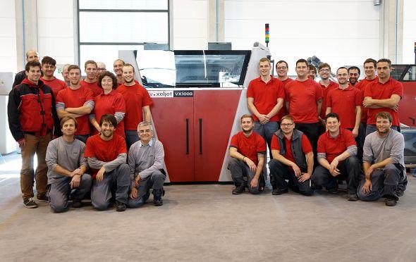Pracovní tým bavorské společnosti Voxeljet sestavil stou 3D tiskárnu VX1000. Foto: Voxeljet