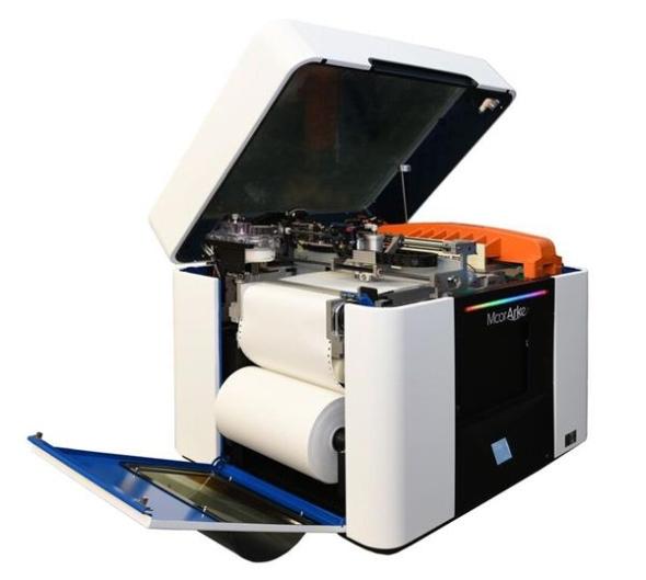 Uvnitř tiskárny se nachází polygrafický systém a zásobník pro kancelářský papír