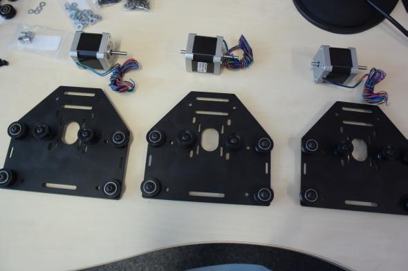 Součástí montážních desek jsou krokové elektromotory