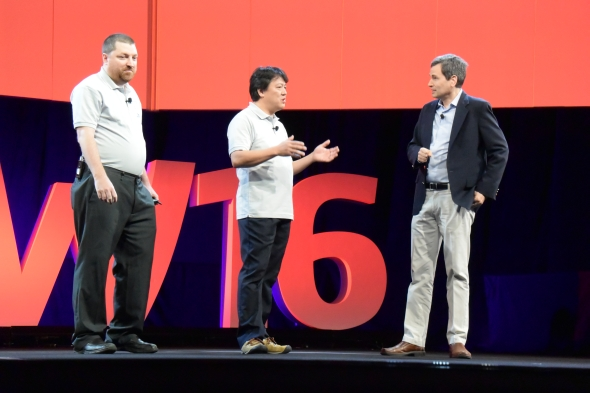 Nad kontroverzním návrhem vesmírného výtahu debatovali David Pogue z Yahoo Tech (zcela vpravo) a Shuchi Ohno (druhý zprava)