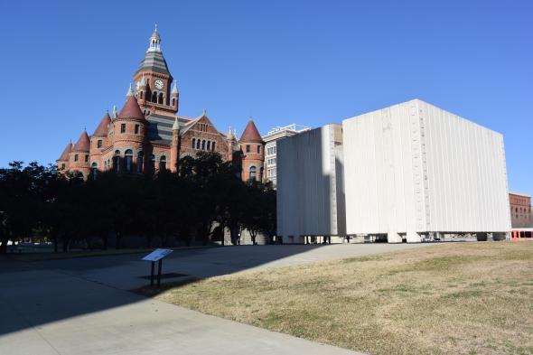 Atypický pomník (šedý betonový monument vpravo) zde stojí z důvodu atentátu na prezidenta J. F. Kennedyho
