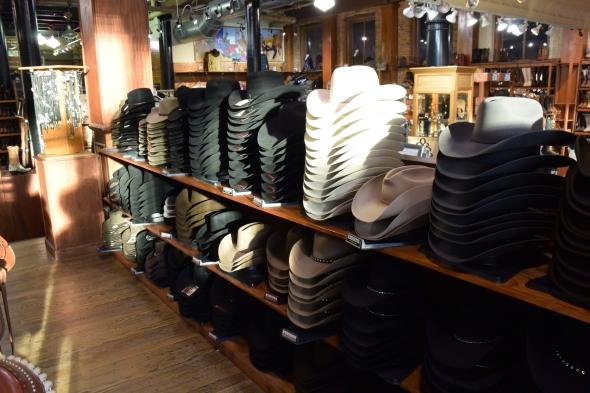Ručně vyráběné klobouky jsou z buvolí kůže. Ze značek převažovaly klobouky Stetson