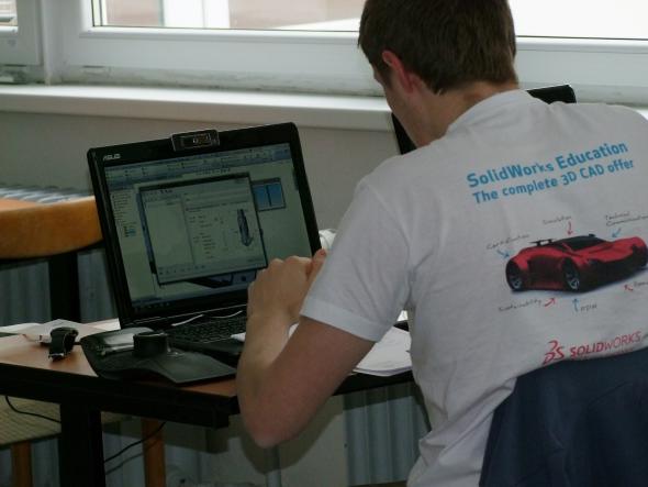 Studenti v soutěži porovnání zkušenosti s CNC a CAM programování. Foto: 3E Praha Engineering