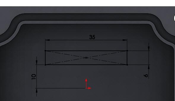 Založte náčrt na vnitřní ploše a nakreslete obdélník srozměry 35 × 6 mm. Vzdálenost spodní hrany obdélníku od počátku je 10 mm