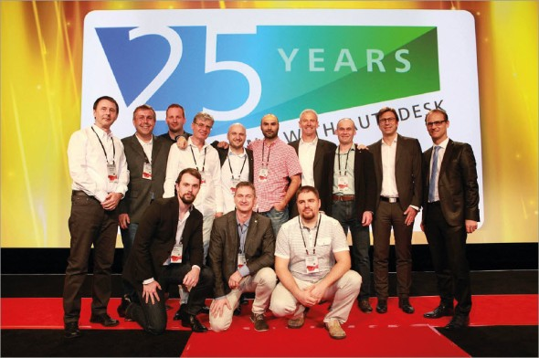 """Letos v březnu na konferenci OTC v Las Vegas Autodesk oficiálně přivítal CAD Studio v """"klubu"""" partnerů, kteří s ním spolupracují alespoň 25 let. Na ceremoniálu se početná delegace CAD Studia fotila s představiteli Autodesku Stevem Blumem, Rolandem Zellesem a Walterem Dopplmairem"""