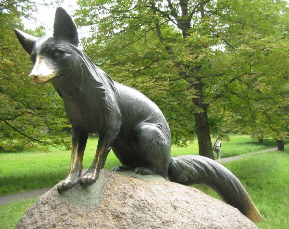 Krádež původní sochy lišky Bystroušky voboře Hukvaldy místní ani turisté ještě nestrávili