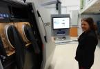 Práce s nejmodernějšími technologiemi aditivní výroby v olomouckém centru UPrint 3D rozhodně není nuda, jak potvrdila i Hana Kubičková, která má technickou část na povel (foto: Tomáš Vít)