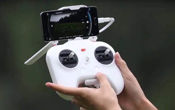 Dron lze ovládat dálkovým zařízením a bezdrátovým přenosem videa do mobilního telefonu. Foto: Youtube.com