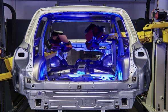 Vzhledem k osmi stupňům volnosti mohou být díly měřeny nejen zvnějšku, ale vpřípadě karoserií vozidel také uvnitř v interiéru. Obr: MCAE Systems