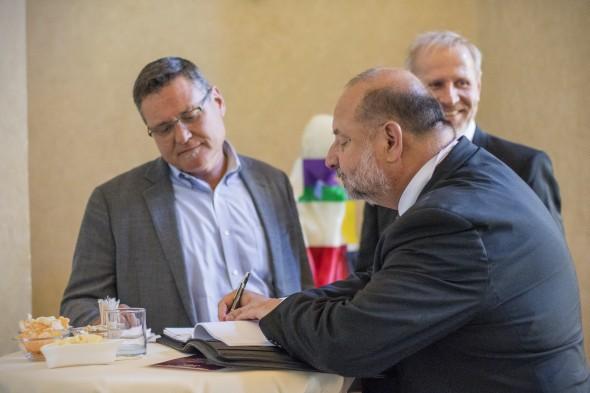 MCAE Systems je členem globální servisní sítě Stratasysu. Kpodepsání smlouvy došlo ve Strahovském klášteře vPraze. Vlevo Jeff Hanson (Stratasys), Miloslav Drápela (vpravo) a Daniel Adam (vzadu)