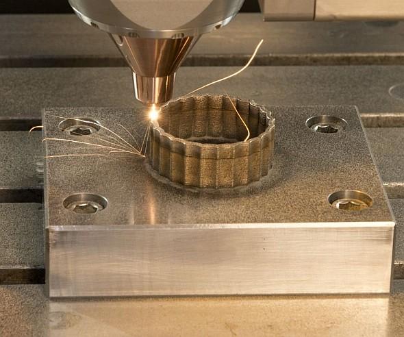 Kovová stavba může být nanášena na díl upnutý na stole vprostoru stroje. Tyto výhody se uplatní při opravách poškozených dílů, např. lopatkových kol turbín. Foto: Mitsui Seiki