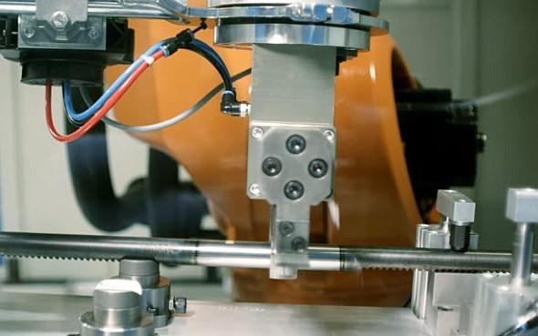 Robot uchopí obrobek z odběrového místa