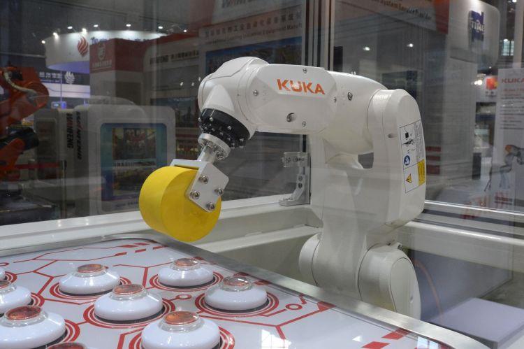 Lehký robot kuka KR3 Agilus je vhodný pro manipulaci s malými díly. Foto: Kuka Roboter