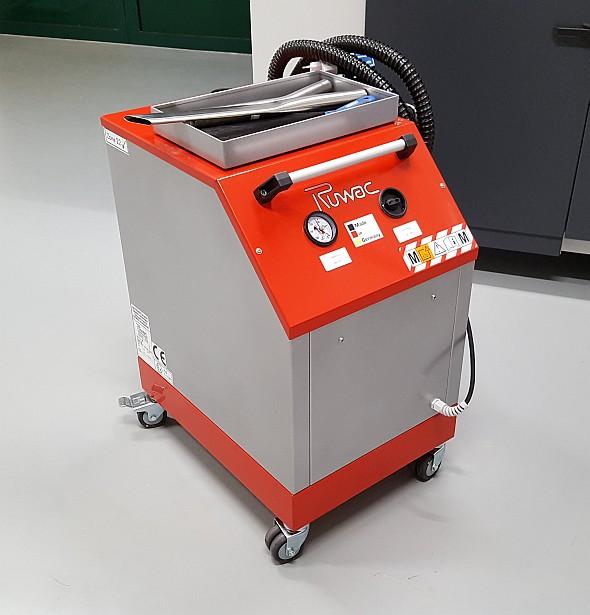 Mokrý odlučovač kovového prášku (vysavač) má antistatická kolečka a speciální provedení nástavců pro vysávání kovového prášku ze stavebního prostoru stroje