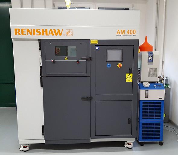 Stroj Renishaw AM400 má stavební komoru o rozměrech 250 mm × 250 mm × 300 mm. Chlazení zajišťuje chladič