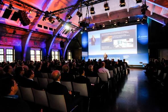 S první inspirativní přednáškou vystoupil Frank Riemensperger, viceprezident Americké komory pro obchod vNěmecku. Ten hovořil o kombinaci možností, zkušeností a služeb, které tvoří jeden velký ekosystém a jsou pro každou společnost velkou konkurenční výhodou