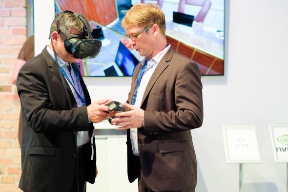 Vpředsálí si mohli zájemci živě vyzkoušet virtuální realitu sbrýlemi Vive od HTC