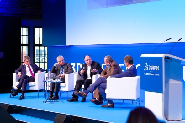 O praktických zkušenostech se zavedením iniciativy Průmysl 4.0 do výrobních podniků debatovali Laurent Blanchard (zprava), Andreas Barth, Frank Riemensperger a Henning Kagermann. Diskuzi moderoval Henning Banthien (vlevo)