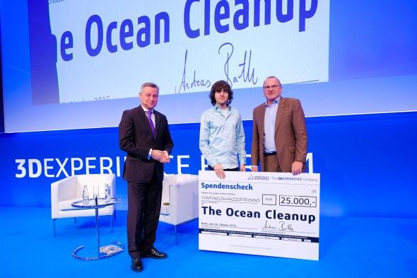 Společnost Dassault Systèmes podporuje ambiciózní nápady. Projektu The Ocean Cleanup věnovala částku 25 tisíc eur, kterou převzal jeho zástupce Boyan Slat (uprostřed). Slavnostního předání se účastnili Andreas Barth (vpravo) a Uwe Burk, středoevropský obchodní manažer ve společnosti Dassault Systèmes