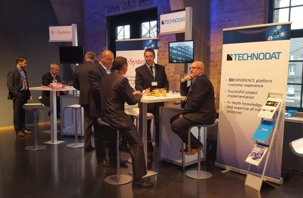 Vpředsálí odborného fóra vystavovali partneři společnosti Dassault Systèmes, mezi něž patří i český Technodat včele sAlešem Kobylíkem (vpravo)