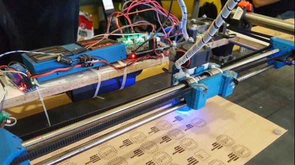 Laserové gravírování do dřeva předvedla Katedra automatizační techniky a řízení