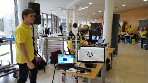 Katedra robotiky ukázala robota, která opakuje všechna gesta podle osoby stojící před snímacím zařízením