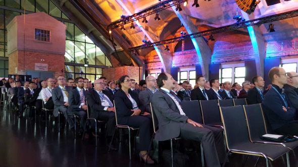 Krátce před jedenáctou hodinou se zaplnil přednáškový sál berlínského Westhafen Event and Convention Center. Ze slov Caroly von Wendland, marketinkové manažerky ve společnosti Dassault Systèmes, vyplynulo, že najít prostory vBerlíně sdoprovodným programem pro pět set účastníků odborného fóra není jednoduchou záležitostí