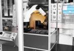 Malý robot Kuka KR Agilus zajišťuje v robotické buňce MRC Flextray maximální pružnost při spolehlivém vkládání obrobků do obráběcích center a jejich vyjímání ve společnosti Dannoritzer Medizintechnik