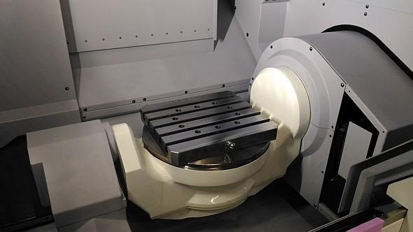 Stroj je připravený pro integraci do automatizovaných buněk, jelikož stůl o rozměrech 340 × 300 mm má pět pneumatických nebo hydraulických přípojek pro manipulaci spaletami