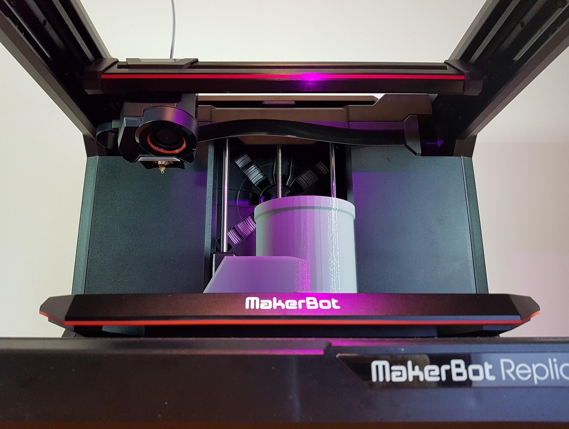 Recenze 3D tiskárny: Replicator+ oslovuje konstruktéry