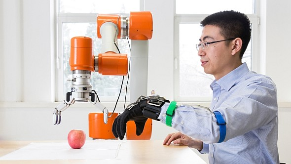 Experti ze společnosti Siemens pracují vČíně na datové rukavici, která přesně snímá pohyb lidské ruky. Foto: Siemens