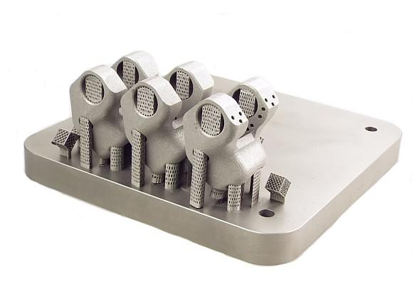 Při výrobě implantátů se již s úspěchem využívá 3D tisk kovů z titanové slitiny Ti6AL4V. Do povědomí české i světové ortopedické veřejnosti se dostala s výrobou kovových protéz i společnost ProSpon. Foto: ProSpon