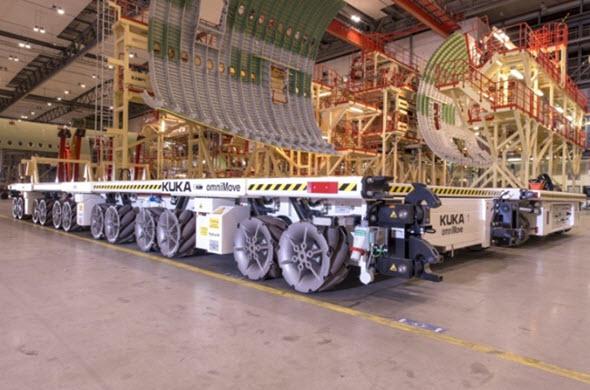 Vbudově, kde se letadla A380 kompletují, používá společnost Airbus dvě mobilní transportní plošiny OmniMove. Pro dopravu zvláště velkých dílů je lze spojit ksobě. Foto: Airbus