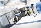 Senzory se používají při montážních procesech vautomobilovém průmyslu i pro praktické testování ovládacích prvků na přístrojové desce automobilu.Foto: Schunk