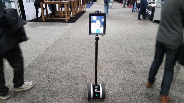 Na dálku ovládaný robot dovede přenášet zvuk i mluvený projev. Užitečný může být ve velkých průmyslových halách, kde je během komunikace na dálku nutný i obrazový přenos. Foto: Marek Pagáč