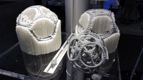 Prototypy vyrobené na 3D tiskárně Ultimaker jsou vytištěny ze dvou materiálů. Šedým je PLA, bílý materiál je rozpustný ve vodě a výsledek (po rozpuštění podpor) lze spatřit vlevo. Foto: Marek Pagáč