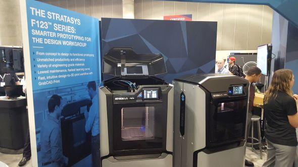 Stratasys představil tři nové FDM 3D tiskárny mířící do konstrukčních kanceláří za profesionální výrobou prototypů. Podrobnější informace o novince připravil kolega Tomáš Vít na portálu 3D-tisk.cz. Foto: Marek Pagáč
