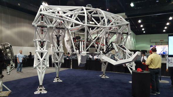 Průkopnický tým Jonathana Tippetta představil futuristický návrh exo-bionickou technologii. Jedná se o robota ve velkém měřítku vážící 3,5 tuny, jehož pohyb řídí člověk. Foto: Marek Pagáč