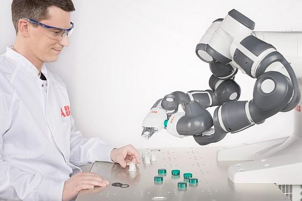 Enormní výzvou všech výrobců robotů a robotizovaných mechanismů je vývoj kobotů – kolaborativních robotů, kteří dokážou spolupracovat slidmi. Foto: ABB