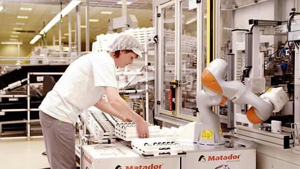Kolaborativnímu robotu může materiál podávat člověk. Ochranné oplocení není potřeba. Foto: Kuka