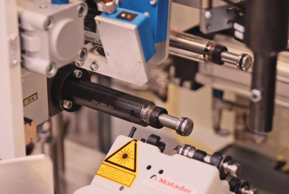 Ergonomicky nevhodnou montáž dílů s vysokou přesností výroby a leštěnými plochy pomohlo vyřešit nasazení kobota. Foto: Kuka