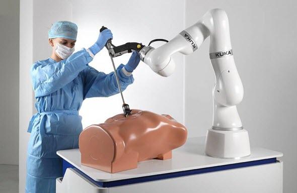 Pro přímou spolupráci s člověkem je robot Kuka LBR Med vybaven speciálními senzory v každém kloubu. Foto: Kuka
