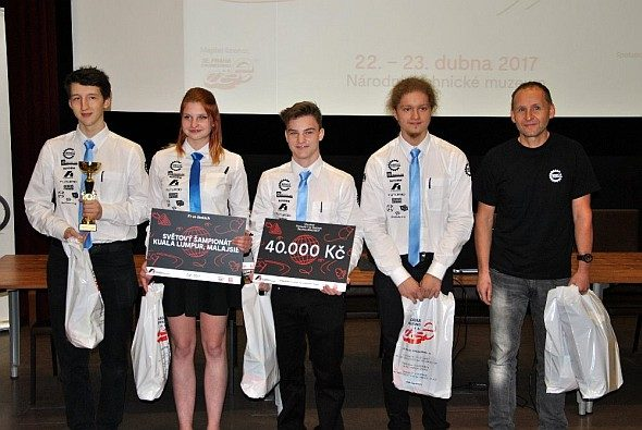 Studenti týmu Miracel Engineers zleva Miroslav Kotrč (zleva), Vivian Pavlíková, Pavel Lojda, Jan Hermoch a vedoucí týmu Milan Samec