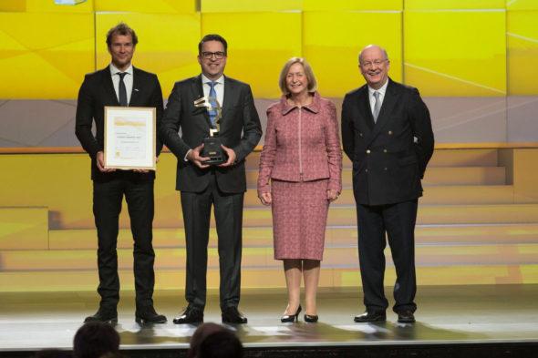 Henriku A. Schunkovi (druhý zleva) předala ocenění Hermes Award 2017 německá ministryně školství Johanna Wanka. Foto: Schunk