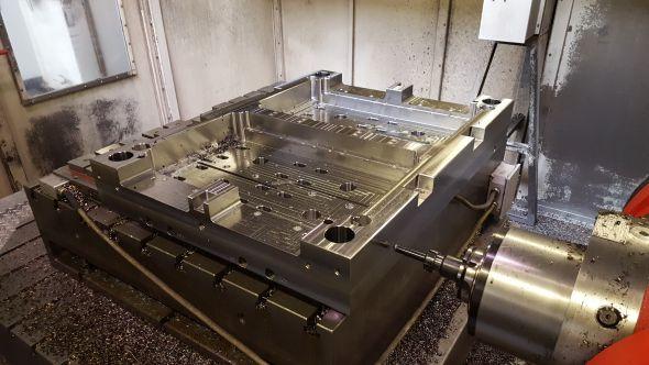 Výroba části formy pro lisování plastů na sedmiosém CNC obráběcím stroji Trimill HF2012