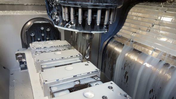 Společnost klade důraz na zvýšení trvanlivosti a životnosti nástrojů. Doporučené řezné podmínky od výrobců řezných nástrojů konzultuje a optimalizuje programátor Ing. Tomáš Hloušek se seřizovači přímo u CNC obráběcího stroje