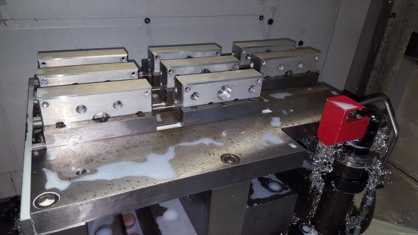 Společnost Lavat má pro sériovou výrobu zavedou paletizaci. Zatímco se jedna paleta polotovarů obrábí, seřizovač si připravuje druhou. Polotovary jsou upínány do přípravků