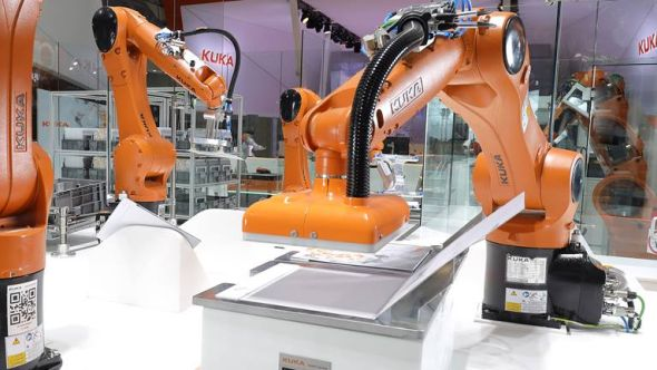 Závod budoucnosti lze charakterizovat jako výrobky a digitálně propojený výrobní proces. Foto: Kuka