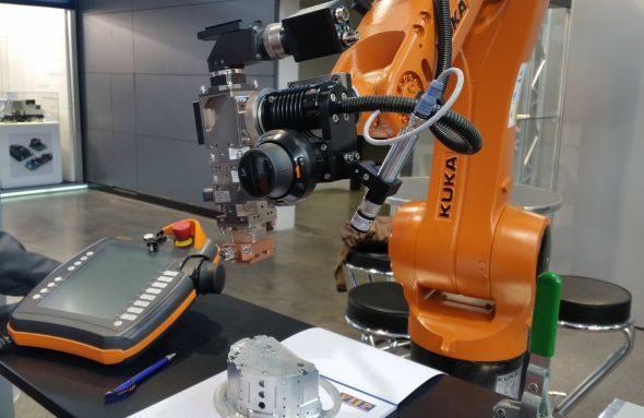 S navigátorem od společnosti VIP může uživatel ručně ovládat jakýkoliv robot KUKA ve spojení s řídicím systémem KR C4. Foto: Kuka